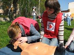 Asi padesát dětí ze základních škol prostějovského regionu si v pondělí 28. dubna vyzkoušelo první pomoc při nečekaných zdravotních komplikacích v oblastním kole Hlídek mladých zdravotníků.