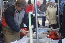 Vrbátecké vepřobraní se už tradičně konalo v sobotu před obecním úřadem ve Vrbátkách. Už po osmé si lidé mohli koupit zabijačkové dobroty, punč i sladkosti, které napekly zdejší maminky. Mnoho nakupujících lákala i tombola.