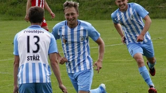 Fotbalisté Prostějova (v modro-bílém) porazili Vítkovice 4:1.