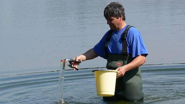 Odebírání vzorků vody na plumlovském přehradě. Ilustrační foto