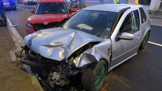 V Kostelecké ulici se nad ránem srazila dvě auta