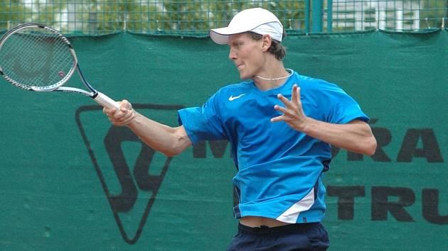 Tomáš Berdych se po zdravotní pauze vrátil na kurty a svému TK Agrofert Prostějov hned pomohl dvěma body k triumfu nad Přerovem ve finále extraligy.