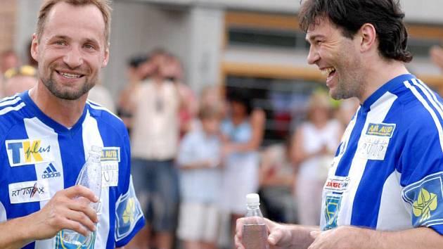 Po  vítězství v exhibičním fotbalovém  utkání v Litomyšli měli Jaromír Jágr a Jan Hlaváč důvod ke spokojené regeneraci.
