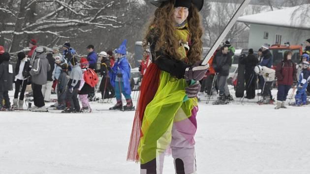 Při karnevalu, který se v Kladkách konal v neděli 22. února, jezdilo na kopci padesát masek.