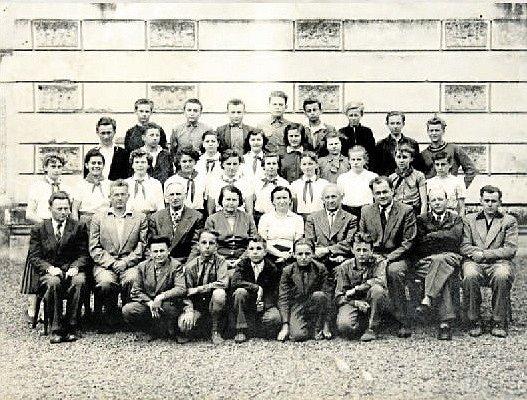 TŘÍDA 8. B v roce 1958. Spolužáci ze sousední třídy s třídní učitelkou Ludmilou Špačkovou (uprostřed v bílé košili), po jejíž levici sedí ředitel školy Jaroslav Kašpárek. Snímky: archiv Jaroslava Vyhlídala.