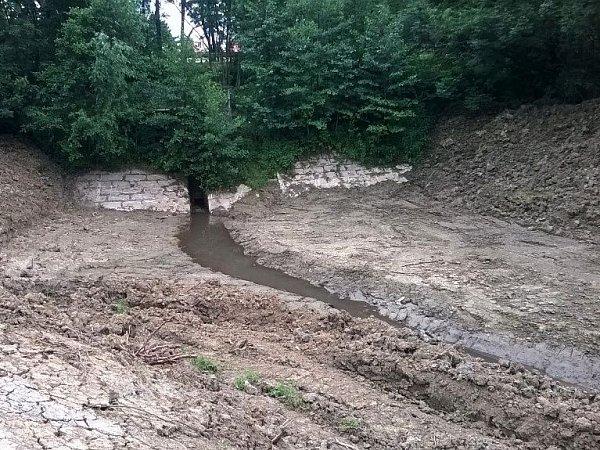 Kamenný val uČubernice má zachytávat sedimenty zpolí, které znečišťují vodu vplumlovské přehradě