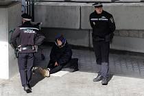 Bezdomovkyně a strážníci. Ilustrační foto