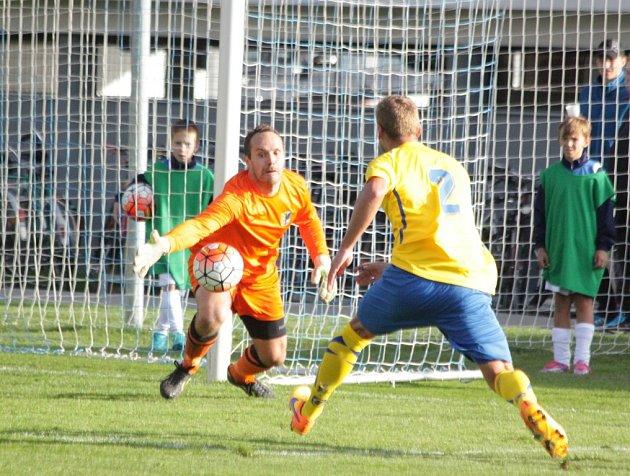 Prostějovští fotbalisté (vpruhovaném) vpoháru proti Zlínu
