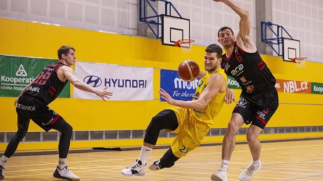 Lukáš Palyza (s míčem), Pavel Pumprla (vpravo)