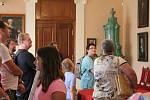 Návštěvníci bedlivě poslouchali mladé průvodce.