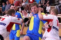 Prostějov (ve žlutomodrém) v derby proti Kostelci