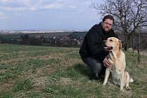 Tomáš Jurenka se svým psem Benem ( v pozadí jeho rodné Seloutky)