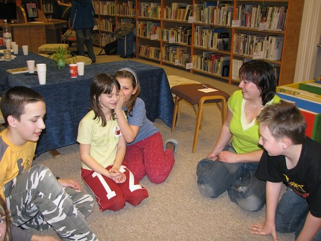 Noc strávená v knihovně je pro malé čtěnáře odměnou.