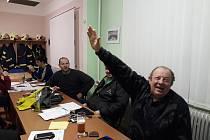 Většina členů tištínského sboru dobrovolných hasičů podpoří současného prezidenta Miloše Zemana. Symbolicky pro něj zvedají ruku i pro Deník.