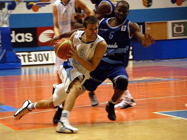Matej Venta s míčem