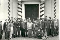 Brigáda před svěcením nových kostelních zvonů v roce 1969.