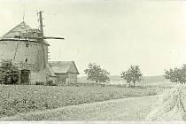 SKLIZENO. Snímek z roku 1960 zachycuje žně. A zejména větrný mlýn, který tehdy už 15 let nebyl v provozu. Stavbu desítky let vlastní manželé Hajkrovi.
