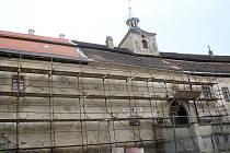 Průčelí nízkého zámku v Plumlově zahalilo lešení, kvůli opravě římsy