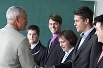 Předávání výučního listu na strojírenském učilišti a střední odborné škole v Prostějově