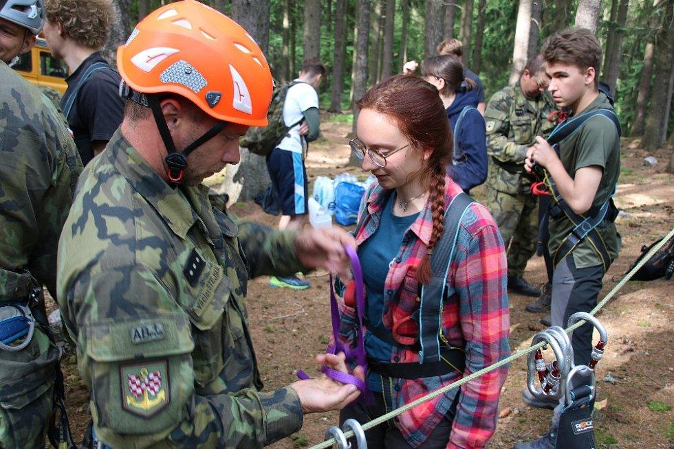 Vojáci zabezpečují plnění úkolů při náročné misi studentů