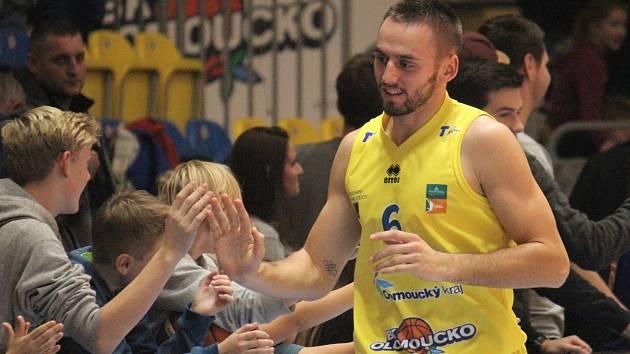 Basketbalisté Olomoucka (ve žlutém) porazili Hradec Králové. Marek Sehnal