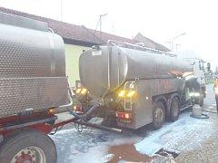 Nehoda cisterny s mlékem a osobního auta v Nezamyslicích