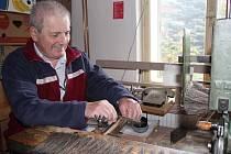 Kartáčnické řemeslo, které do domácností přináší ručně vyráběné kartáče, smetáčky a metle, pomalu zaniká. Alois Slepánek si řemeslo zaregistroval v roce 1991 a dodnes nemá o nouzi o zákazníky.