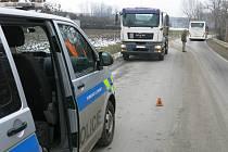 Střet zpětných zrcátek linkového autobusu a nákladního MANu u Kobeřic.