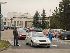 Parkování uvnitř areálu prostějovské nemocnice