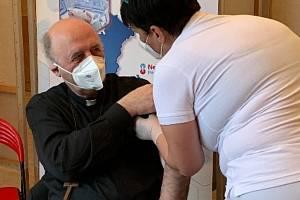 Olomoucký arcibikskup Jan Graubner se nechal očkovat proti covidu v očkovacím centru v Prostějově, 14. května 2021