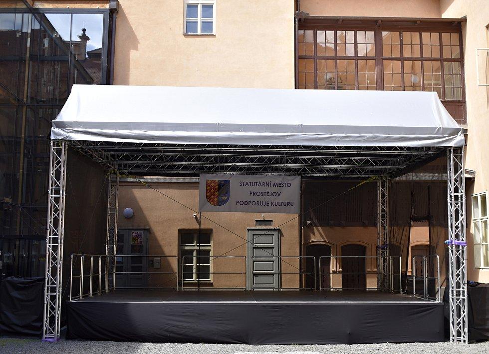Na nádvoří prostějovského zámku vyrostla letní scéna. 31.5. 2021