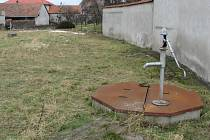 Dochází spodní voda a studny vysychají.