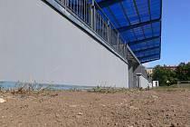 Fotbalový areál na Beneši - prašná plocha pod tribunou