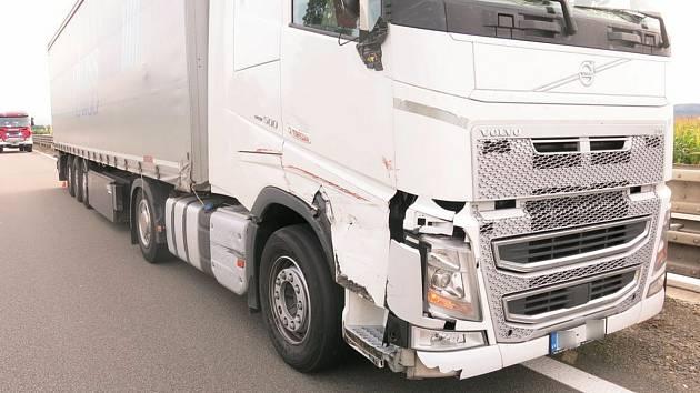 Čtvrteční odpolední střet kamionů na D46 u Prostějova.
