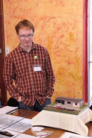 Jiří Velocha maluje obrazy, vyřezává ze dřeva, kreslí portéry a lepí papírové modely
