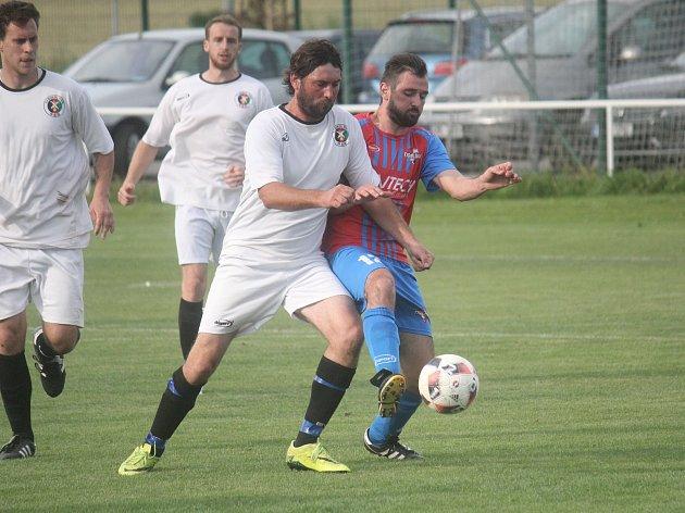 Fotbalisté Pivína (v bílém) zvítězili ve Smržicích 4:2