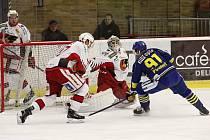 Hokejisté Prostějova (v červeno-bílém) porazili Přerov 3:2 po samostatných nájezdech.