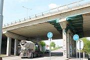 Odpadávající kusy betonu z dálničního mostu na estakádě Haná, by měly zachytit sítě.