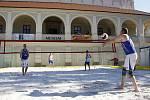 Provoz plážového hřiště na prostějovském náměstí bylo zahájeno volejbalovou exhibicí. Nastoupila dvojice Beneš - Kubala.