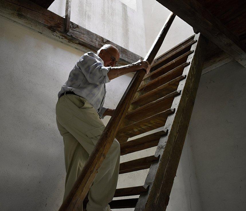 František Vašina je rodákem z Mořic a ve svých sedmaosmdesáti letech stále udržuje v chodu hodiny v zámecké věži.