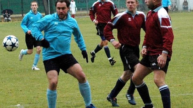 Fotbalisté Vrchoslavic v tmavě červeném. Ilustrační foto