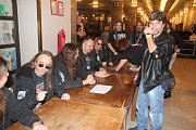 Traktor se s fanoušky setkal při autogramiádě, která proběhla před koncertem.