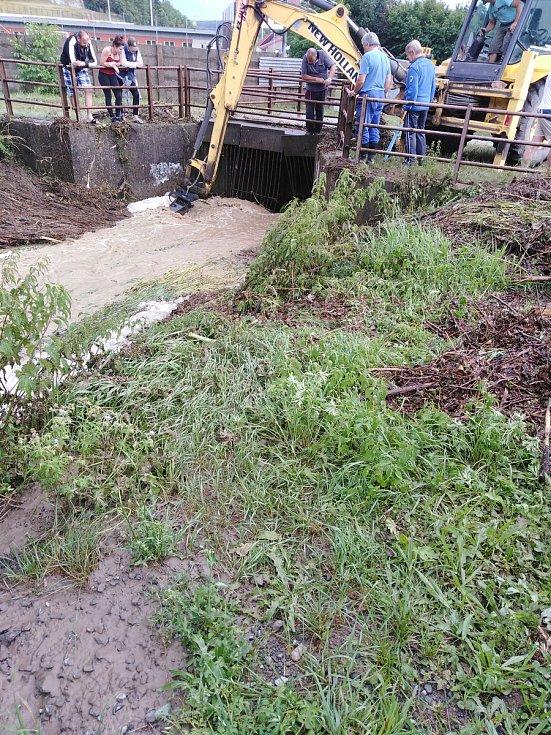 Velmi obtížná situace byla v Konici, kde se vylil místní potok a zaplavil i rodinné domy.
