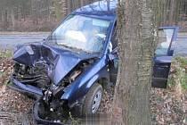 Řidič po nárazu do stromu u Myslejovic utrpěl lehké zranění.
