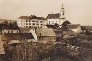 Dobová pohlednice -  Kostelec na Hané