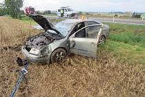 Žena při jízdě stahovala okénko, naštěstí se nezranila.