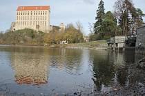 Hráz Podhradského rybníka v Plumlově