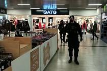 Policisté kontrolovali a radili v prostějovském nákupním centru. 18.12.2020
