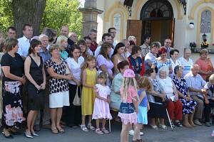 Rodinný klan u kostela.