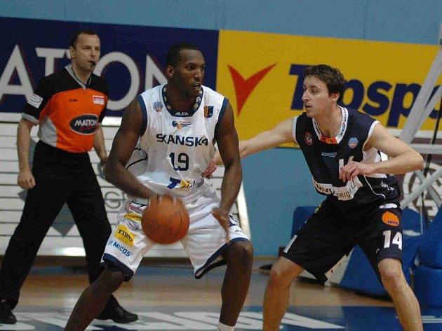 Pivot Orlů Justin Sylvere Bryan (s míčem) se snaží prosadit přes křídlo Pavla Miloše, exprostějovského borce momentálně ve službách konkurenčního Děčína.
